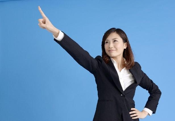 ポイント、指さす女性