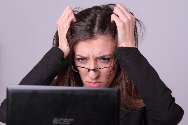 パソコン悩み女性