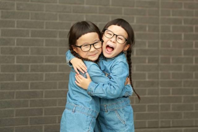 双子のりんあんちゃんが可愛い!メガネのメーカーは?お洒落コーデ術!